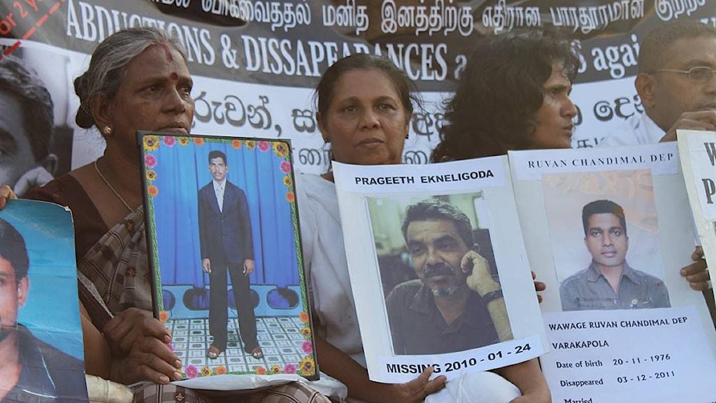 Familjemedlemmar protesterar mot att deras anhöriga försvunnit. I Sri Lankas huvudstad Colombo. Foto: Vikalpasl/Amnesty.