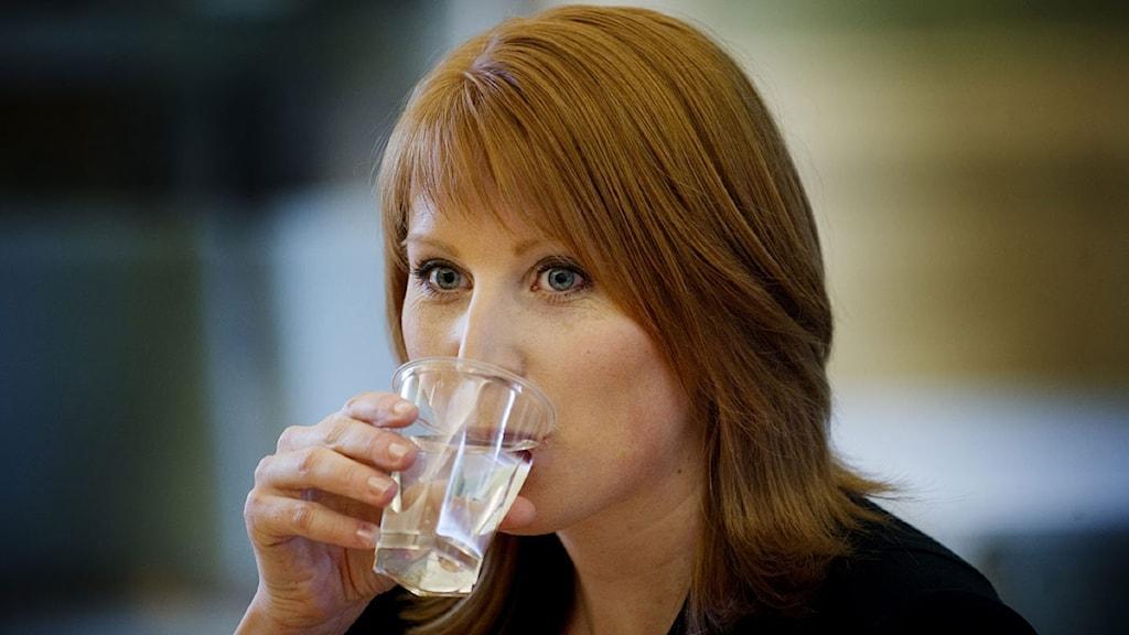 Annie Lööf dricker vatten. Foto: Jessica Gow/Scanpix