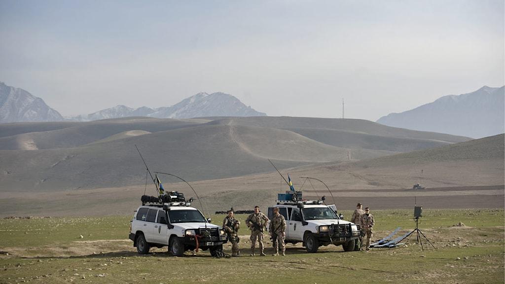 Soldater i den svenska ISAF-styrkan på slätten utanför Camp Marmal airport i Norra Afghanistan. Foto: Henrik Montgomery/Scanpix