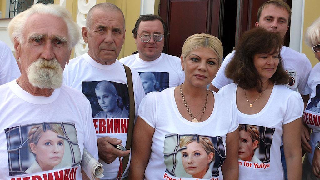 Det fanns många anhängare till Julia Tymosjenko på plats utanför domstolen. Den blonda kvinnan har likadan frisyr som Tymosjenko. Foto: Maria Persson Lövgren/Sveriges Radio