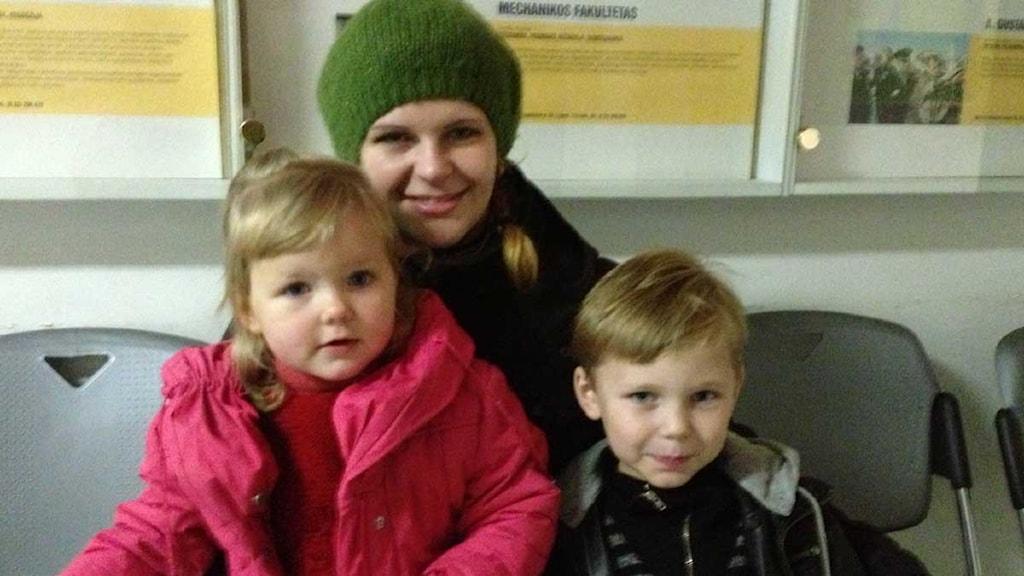 Arbetslösa Ivona, här med barnen Fabiana och Sebastian, tror inte ett regeringsskifte kommer att göra någon skillnad i praktiken för familjen. Foto: Jenny Sanner Roosqvist/Sveriges Radio