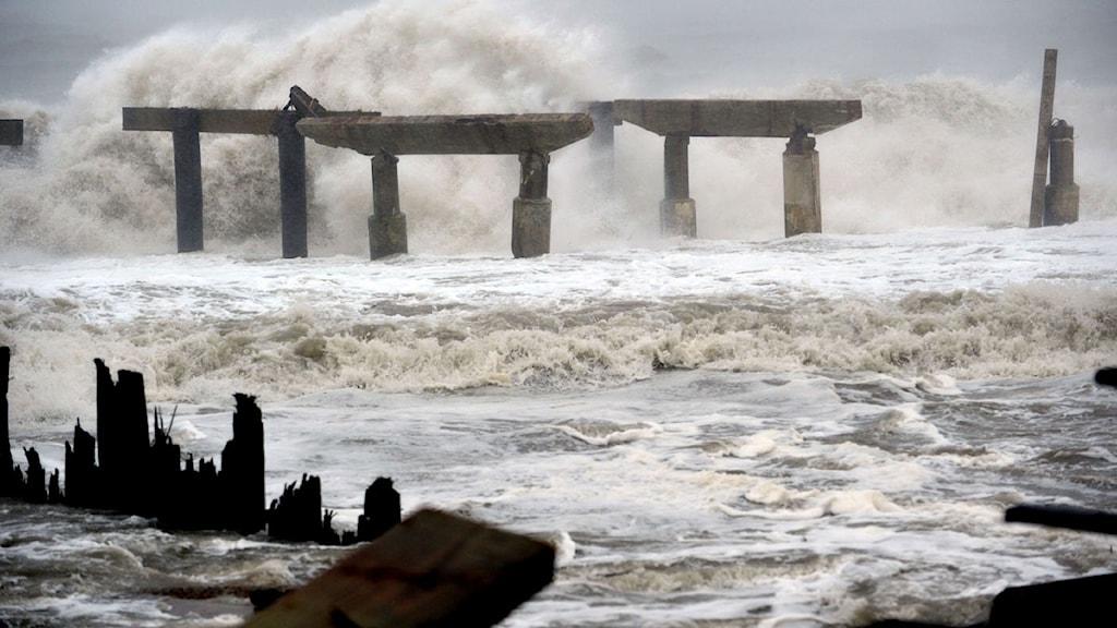 Vågorna bryter mot skadad pir i Atlantic city. Foto: Scanpix