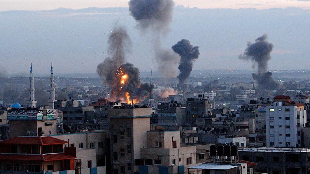 Rök stiger upp mot himlen efter Israels flygräder mot Gaza. Foto: Adel Hana/Scanpix.