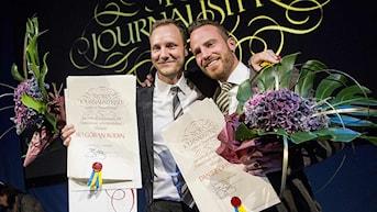 Ekots reportrar Bo Göran Bodin och Daniel Öhman med Stora Journalistpriset. Foto: Christine Olsson/Scanpix.