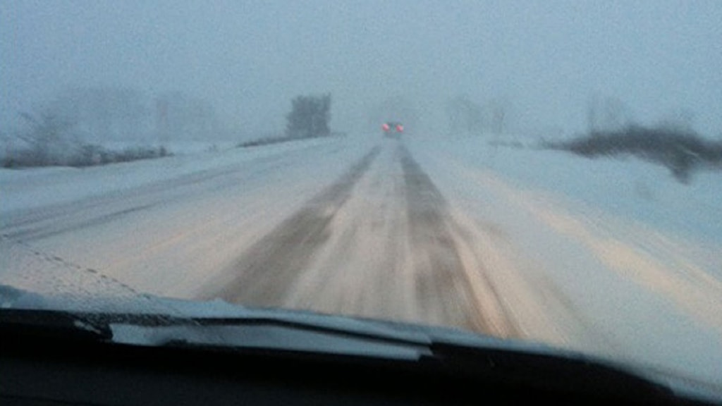Snön vräker ner på väg 136 på Öland. Foto: Louise Haag/Sveriges Radio.