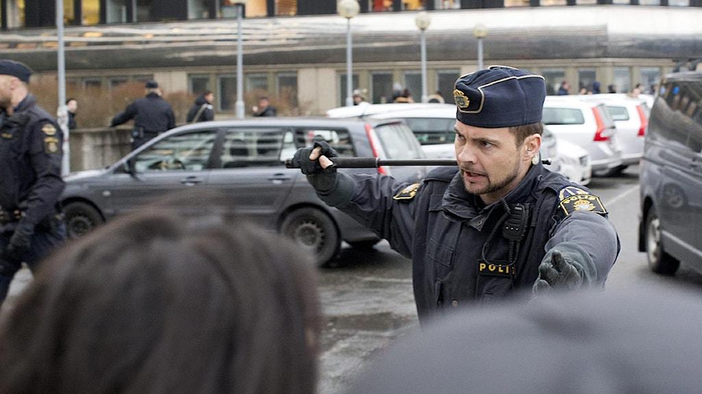 En polis ingriper utanför Plusgymnasiet. Foto: Björn Larsson Rosvall/Scanpix.