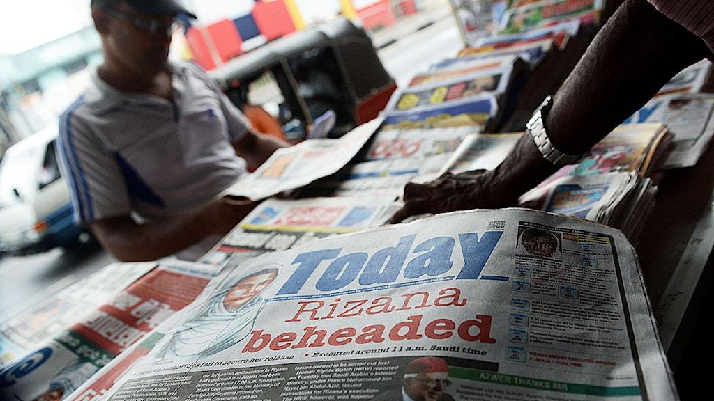 En lankesisk tidning med rubiken om att en lankesisk kvinna som jobbat som hembiträde i Saudiarabien hade halshuggits dömd för mord på ett barn som hon passade. Foto: Ishara S.Kodikara/Scanpix.