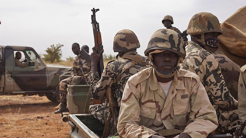 Maliska soldater sitter i en pick-upp och väntar i samband med en tidigare övning. Arkivfoto: Scanpix.