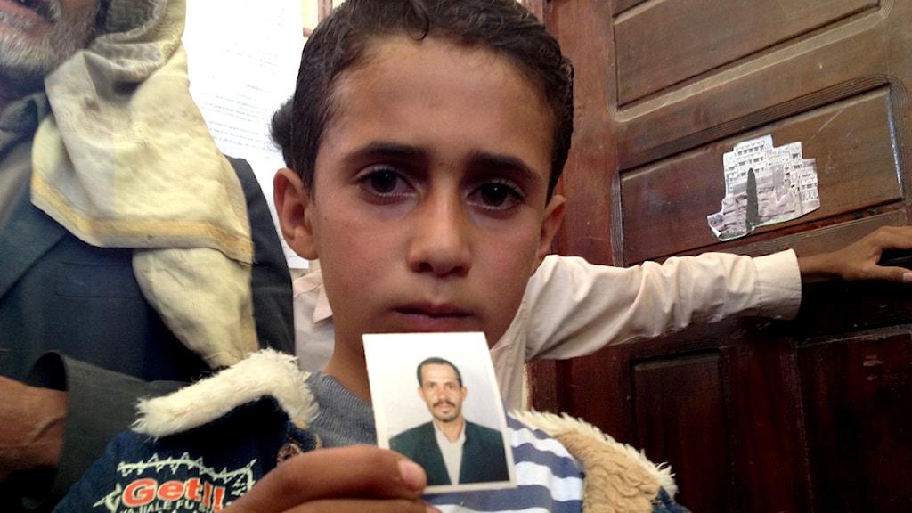 9-åriga Ali Ali al-Qawlis pappa, läraren Ali al-Qawli, dog i drönarattacken den 23 januari. Det enda familjen har kvar är ett foto av honom. Foto: Lotten Collin och Daniel Öhman/Sveriges Radio.