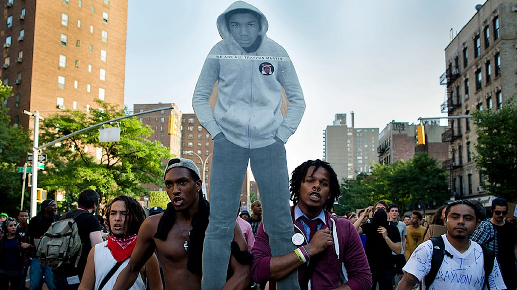 Demonstranter i New York med en bild av Trayvon Martin som sköts ihjäl förra året. Foto: John Minchillo/Scanpix.
