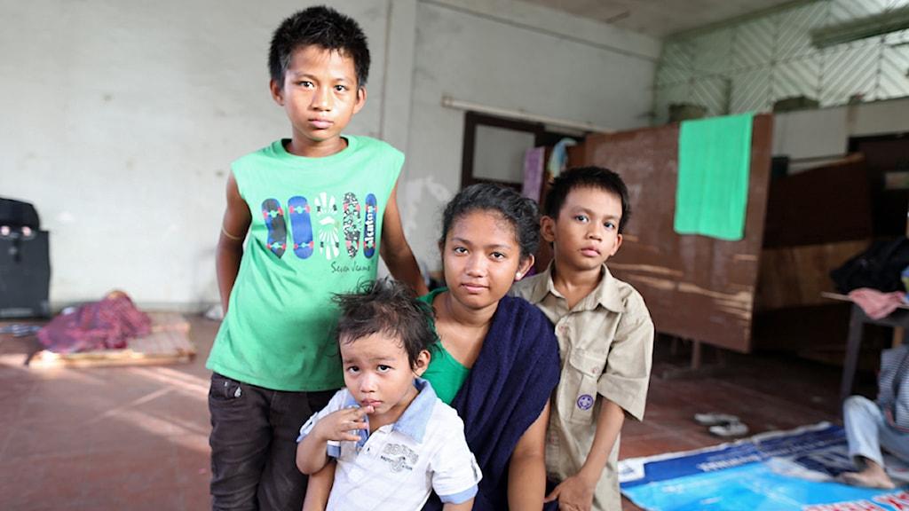 Shylyny, 15, (i mitten) vet inte om hon kan studera vidare nu när hon måste ta hand om sina syskon Richard, Ahron och Rainier. Båda föräldrarna dog i tyfonen. Foto: Nils Horner/Sveriges Radio.