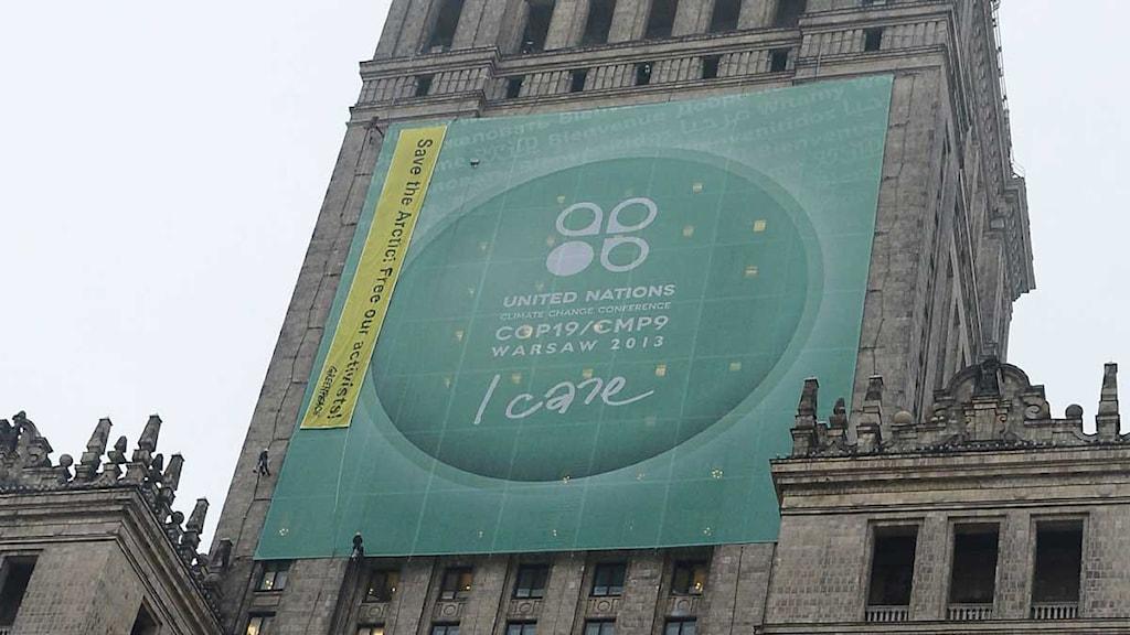 Skylt för FN:s klimatmöte på byggnad i Warsawa Foto:Janek Skarzynski/TT