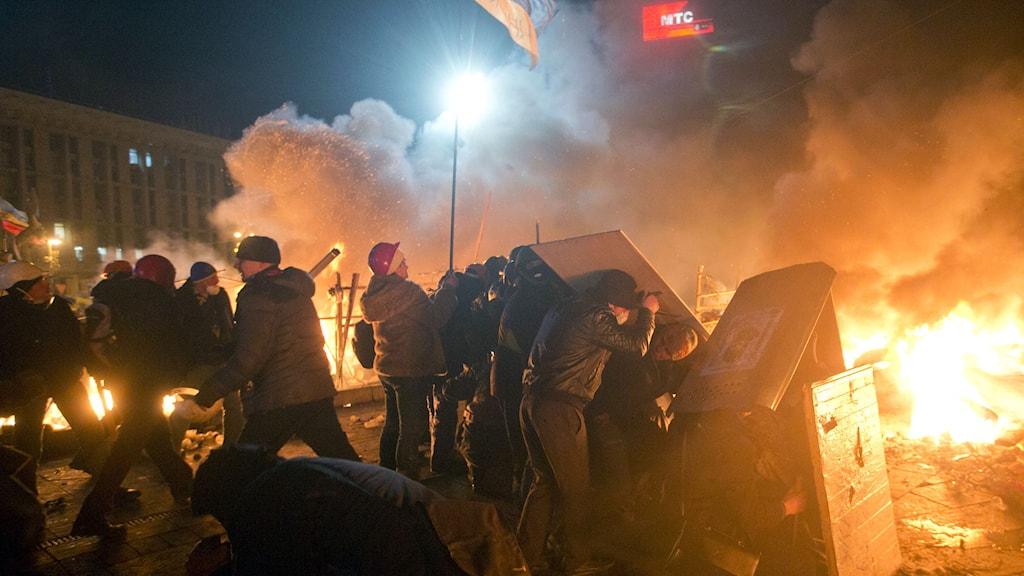 Demonstranter på Majdantorget i februari. Foto: Efrem Lukatsky/AP/TT