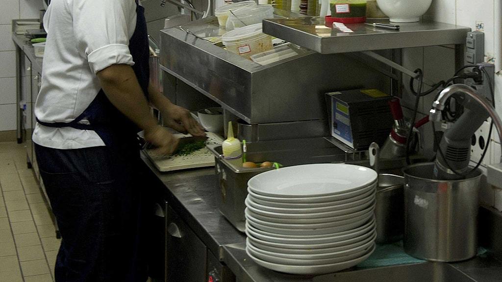 En kock i arbete i ett restaurangkök. Foto: Nelson Almeida/TT.