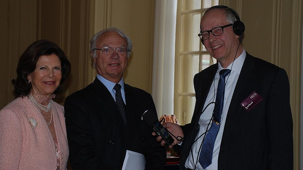 Drottning Silvia och kung Carl Gustaf  tillsammans med Ekots reporter Bengt Hansell. Foto: Sveriges Radio.