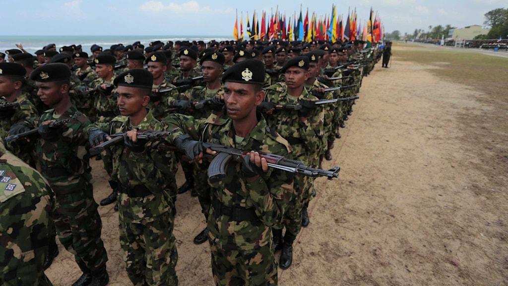 Soldater ur Sri Lankas armé övar inför en parad på årsdagen av krigsslutet.
