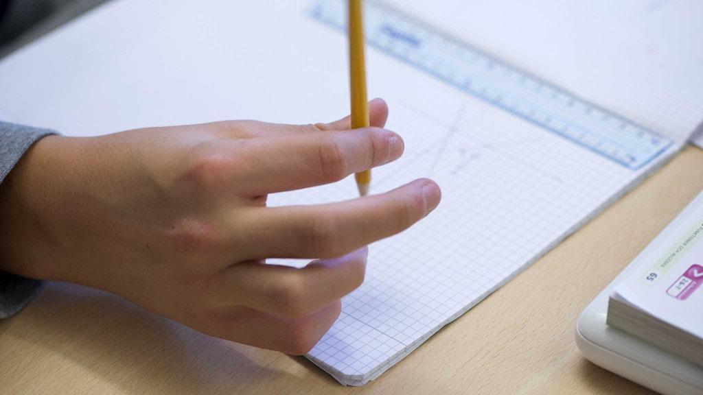 Sverige måste öka de grundläggande färdigheterna i skolan, anser EU-kommissionen.