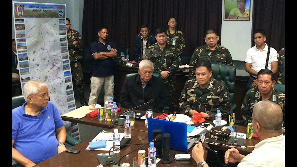 Filippinska regeringen och militären i möte. Foto: TT.