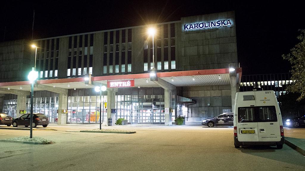 Huvudentrén på Karolinska Universitetssjukhuset i Huddinge. Ett misstänkt ebolafall utreds nu i Sverige. En ung man hålls isolerad på Karolinska sjukhuset i Huddinge. Under söndagseftermiddagen kom mannen in på en närakut i Solna eftersom han hade feber. Han hade nyligen kommit från Afrika och varit i ett av de länder som drabbats av ebolautbrott. Foto: Fredrik Sandberg/TT.