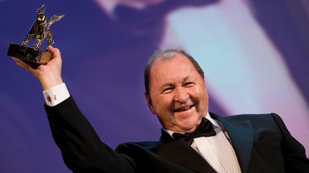 Roy Andersson tar emot Guldlejonet vid Filmfestivalen i Venedig 2014. Foto: TT