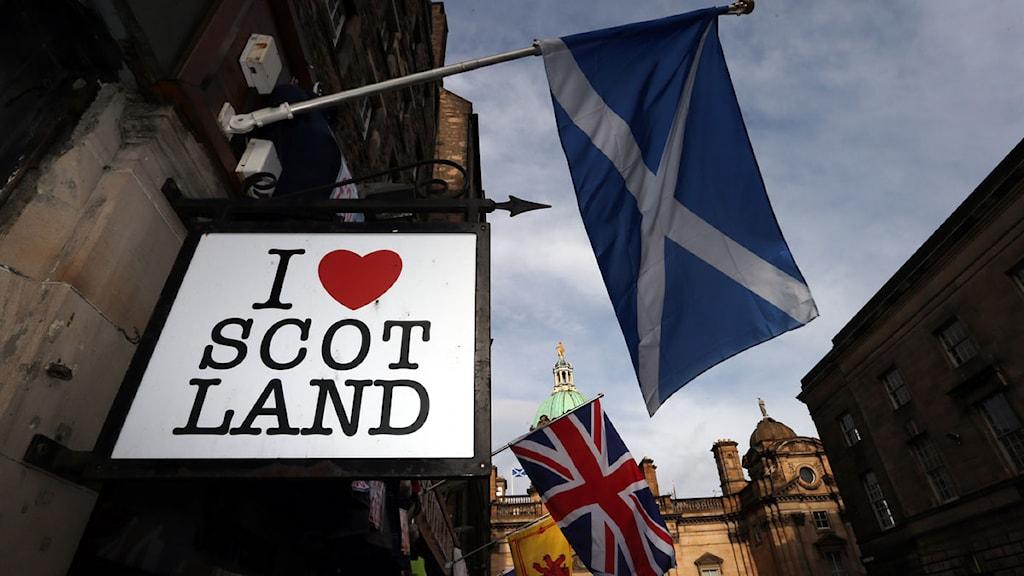 En skottsk och en brittisk flagga i Edinburg. Foto: Scott Heppell/TT.