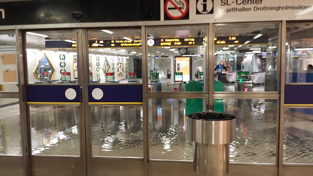 Översvämning på Fridhemsplans tunnelbanestation i Stockholm. Foto: Karolina Lek/Sveriges Radio.