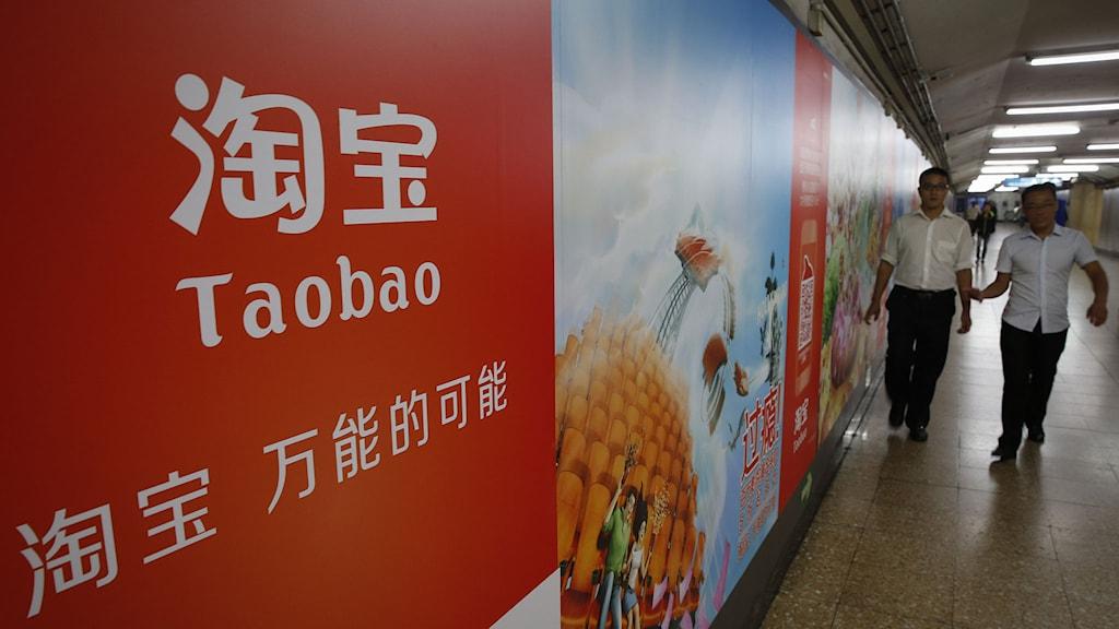 En reklamskylt för Alibabas Taobao-app på en tunnelbanestation i Peking. Foto: Vincent Thian/TT.