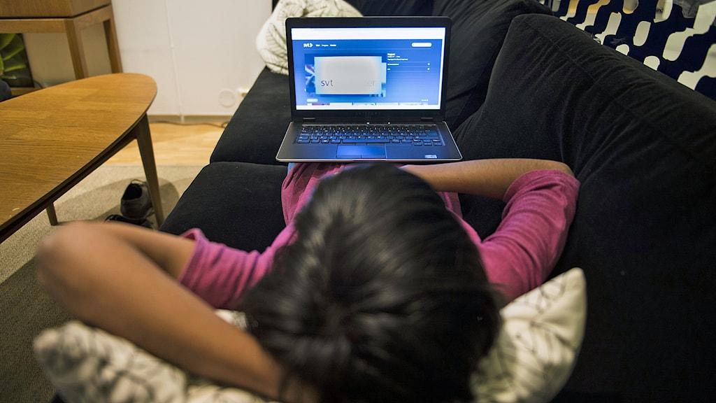 Förvaltningsdomstolens beslut att tv-licensen inte behöver betalas av hushåll som bara ser på tv via dator innebär att public servicebolagen riskerar årligen att få in omkring 120 miljoner kronor mindre till sin verksamhet. Foto: Pontus Lundahl / TT.