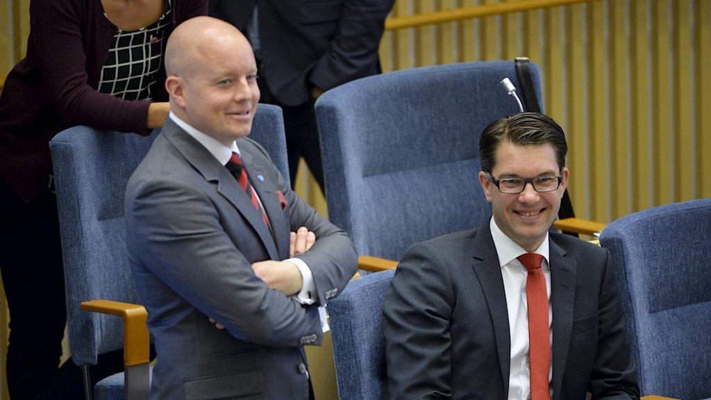 Sverigedemokraternas talmanskandidat Björn Söder och partiledare Jimmie Åkesson i Riksdagen under uppropet i Riksdagen. Foto: Henrik Montgomery/TT.