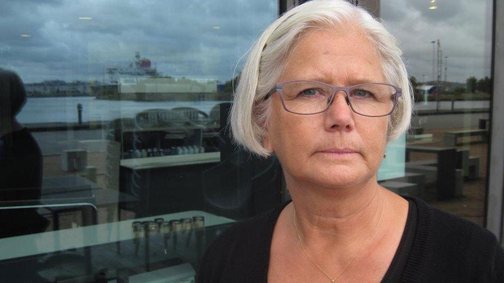 Konsumentrådgivare Maud Öhlund anmäler nu 76 butiker för att inte ha prismärkt varor i sina skyltfönster. Foto: Jens Möller/Sveriges Radio