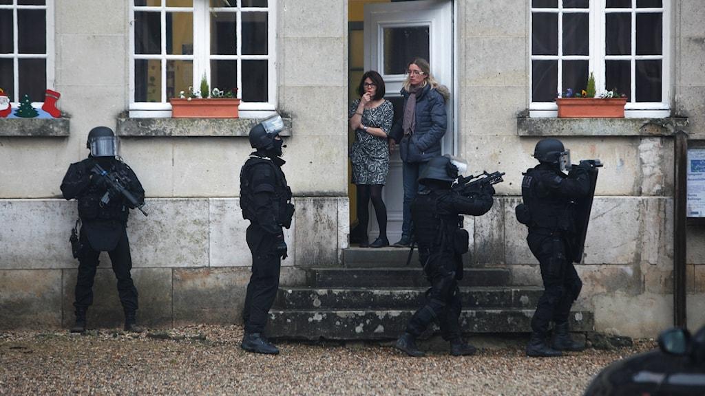 Specialpolis går nu dörr till dörr i sökandet efter gärningsmännen. Foto: TT.