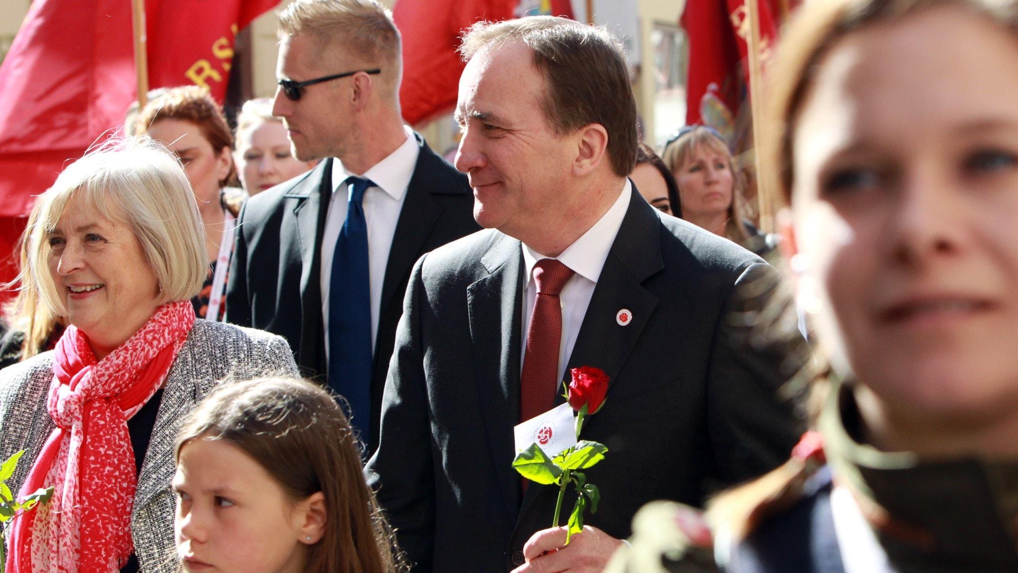 Socialdemokraternas partiledare Stefan Löfven hand i hand med fru Ulla Löfven i 1:a maj tåget i Göteborg. Foto: Frida Winter/TT