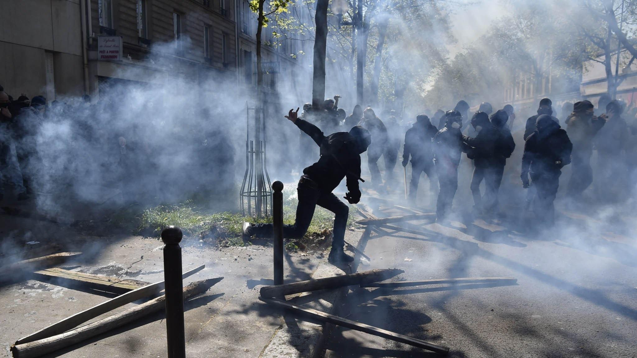 Sammandrabbning mellan demonstranter och polis i Paris under 1 maj. Foto: Alain Jocard / TT