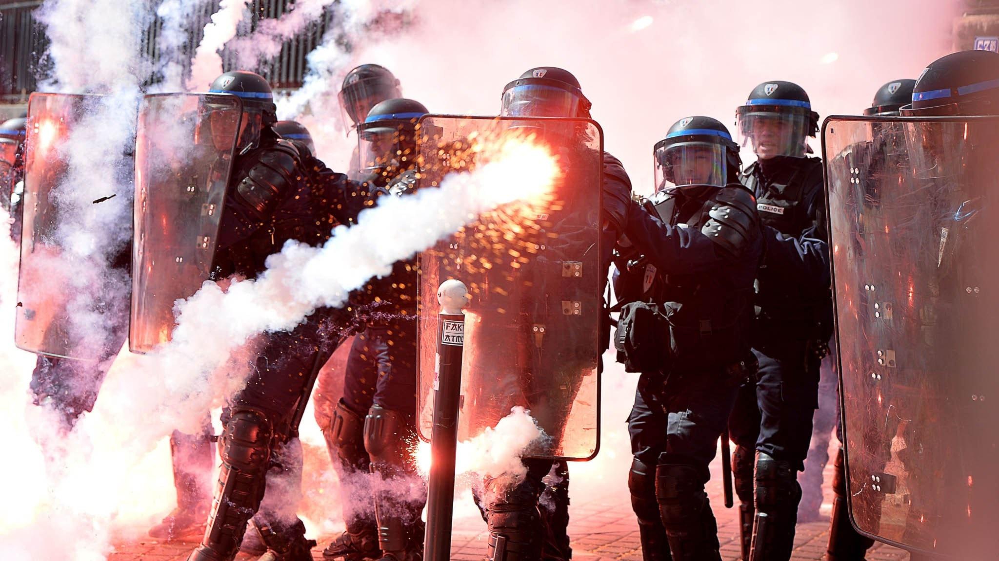 Kravallpolis i sammandrabbning med demonstranter i Paris. Foto: Miguel Medina / TT
