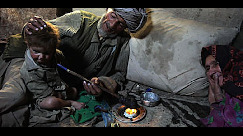 En barnfamilj i Afghansitan röker opium tillsammans. Foto: Julie Jacobson/Scanpix.