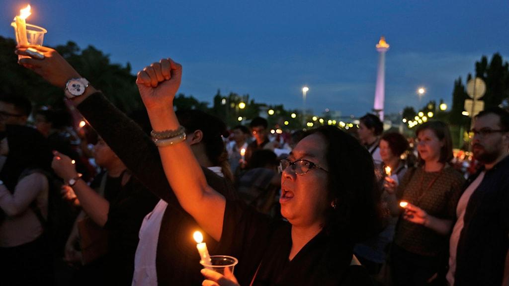 Män och kvinnor runt om i landet la upp bilder på sig själva med ett ljus i handen. Rörelsen växte med demonstrationer i Jakarta.