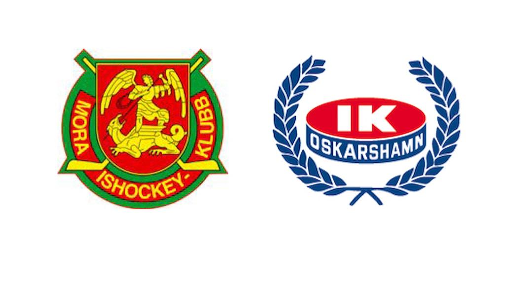 Mora och IK Oskarshamns klubbmärken.