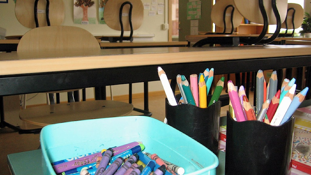 Pennor och kritor i klassrum. Foto: Katarina Larsson/Sveriges Radio.