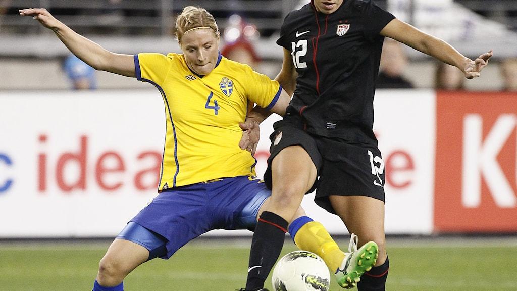 Annica Svensson kämpar om bollen i en match mot USA 2011. Foto: Rick Scuteri/TT.