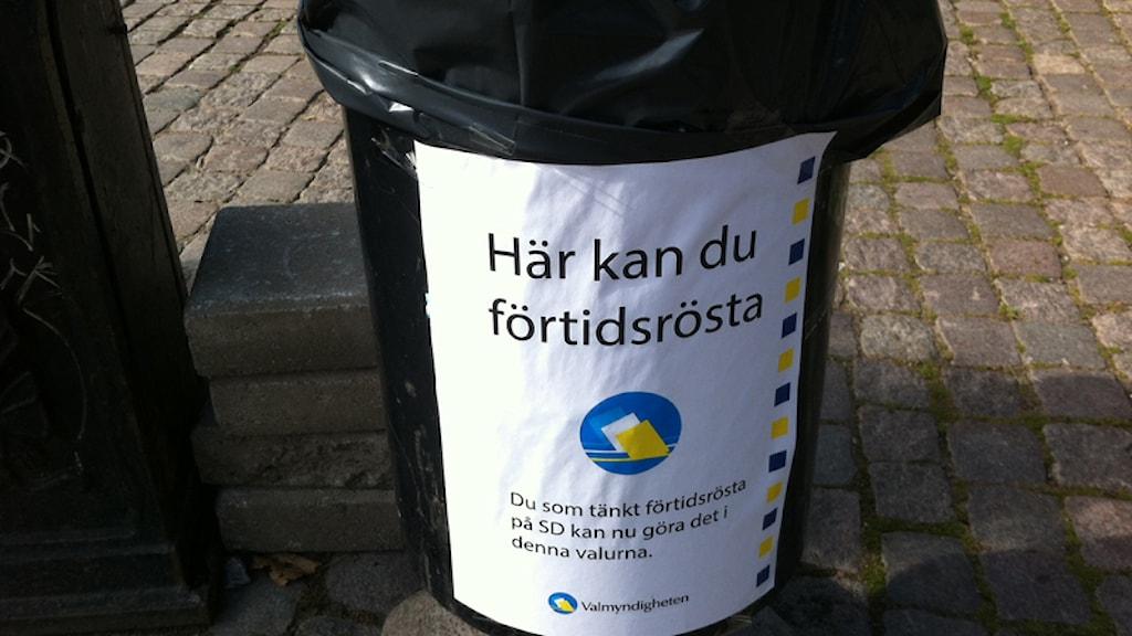 Falsk SD-information på soptunna. Foto: Johanna Cederblad/Sveriges Radio.