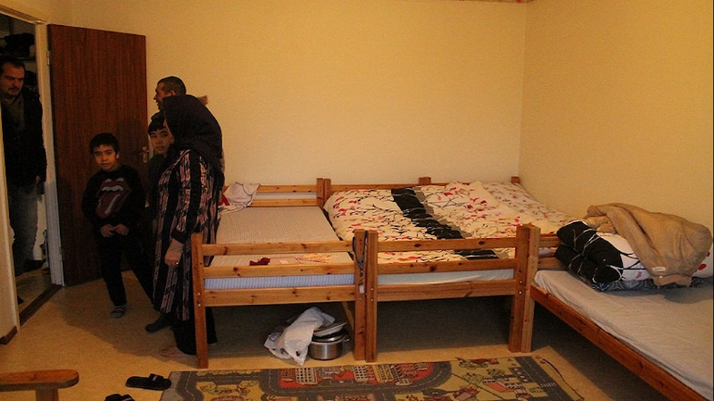 Mohamad och Sahid kan inte sova när alla trängs i samma rum.