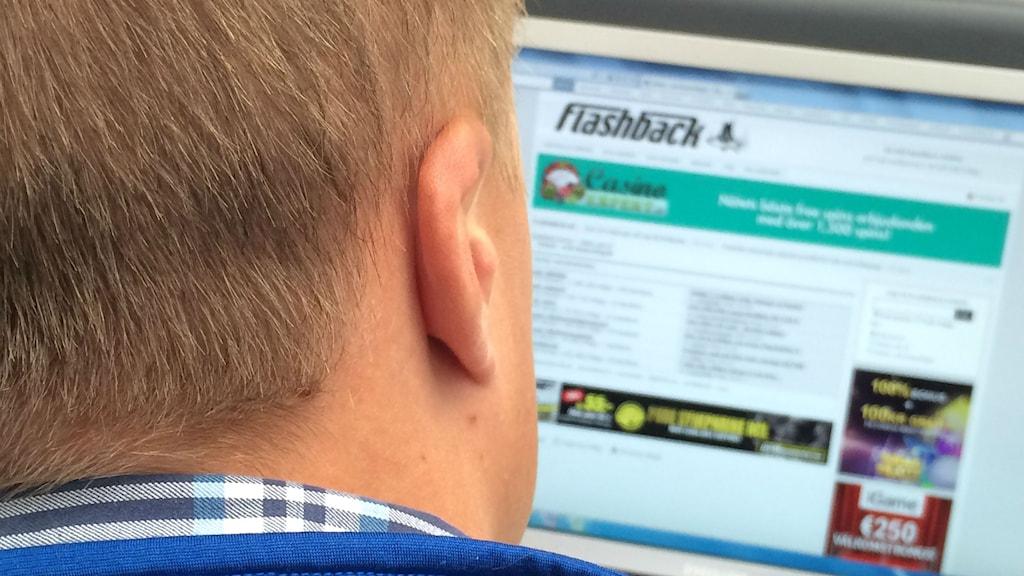 En person sitter vid internetforumet Flashback