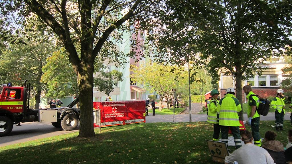 Många fick rök i sig under branden på Råslätt och fick hjälp på plats. Foto: Maria Franzén/Sveriges Radio