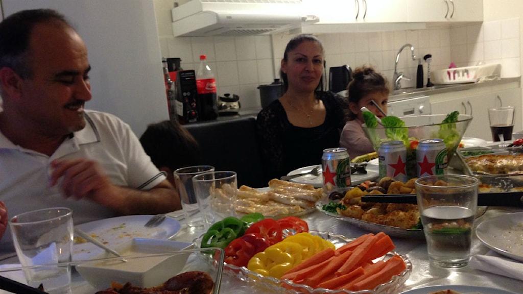 Camill Koshaba och hans familj bjöd till fest. Foto: Kerstin Ramfeldt