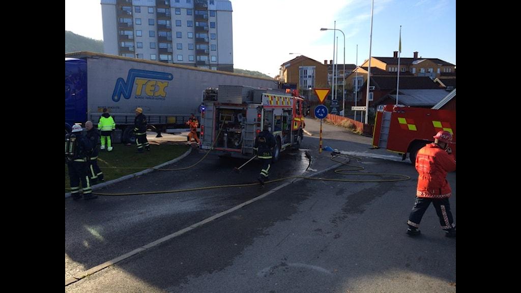 En lastbil började brinna i rondellen vid Smedbyn i Huskvarna vid halv nio-tiden på tisdagsmorgonen. Foto: Rebecka Montelius