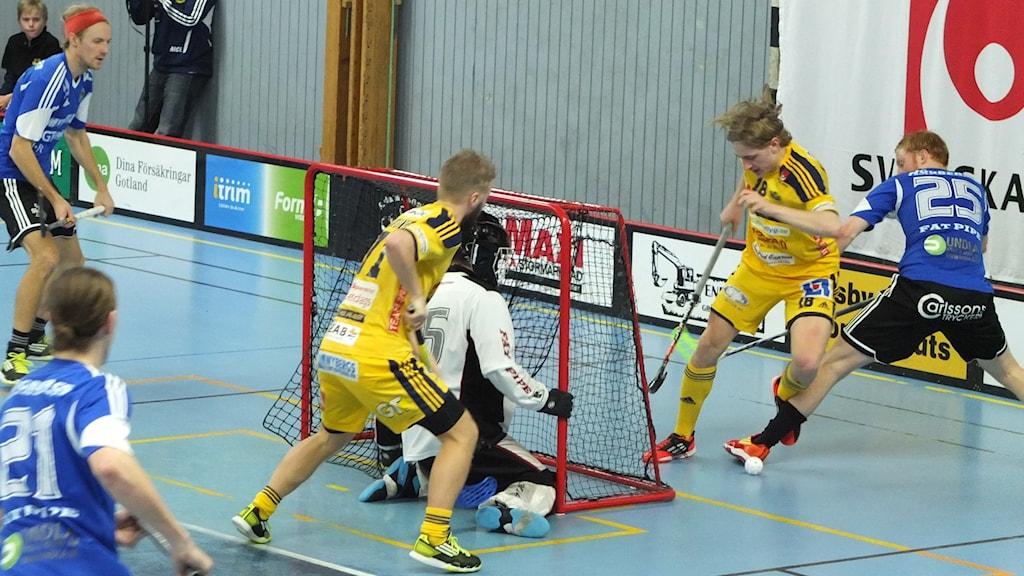 Tight framför mål när Visby IBK möter Hagunda i Södervärnshallen.