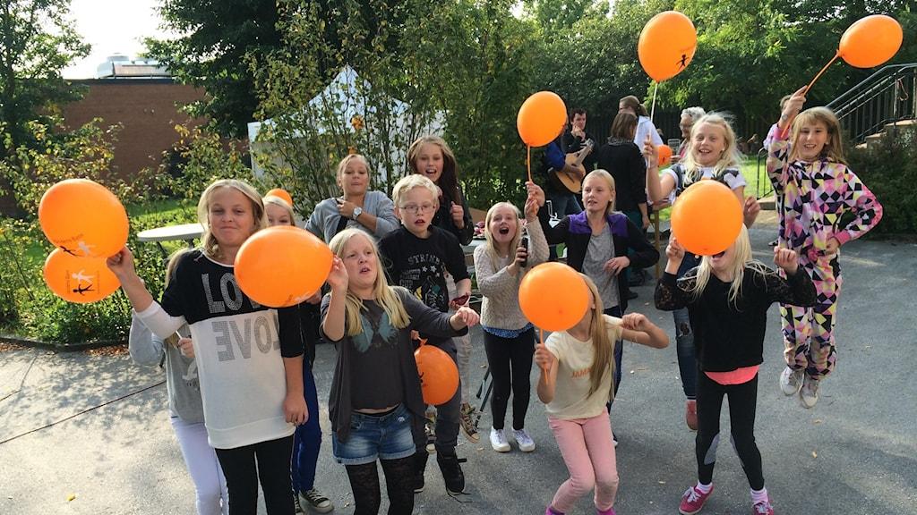 Elever från Högbyskolan i insamling för Världens barn. Foto: Hanna Sihlman/Sveriges Radio