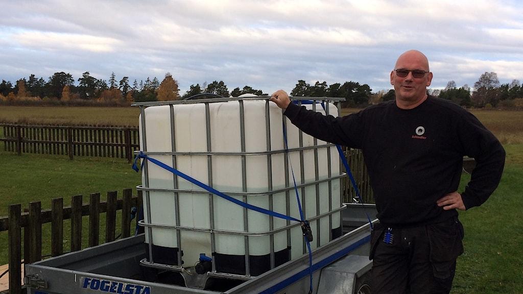 Patrik Norberg i Västergarn tvingas hämta vatten efter att brunnarna sinat