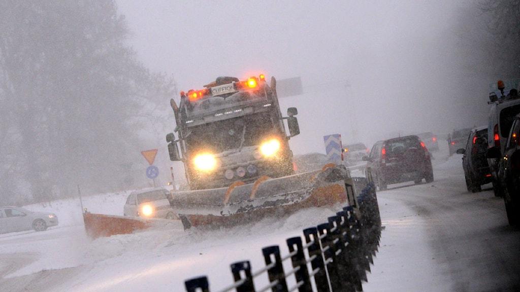 En plogbil kämpar med snön på E65 i höjd med avfarten till Sturups flygplats när snön drog in över Skåne på söndagen. Foto: Johan Nilsson/Scanpix