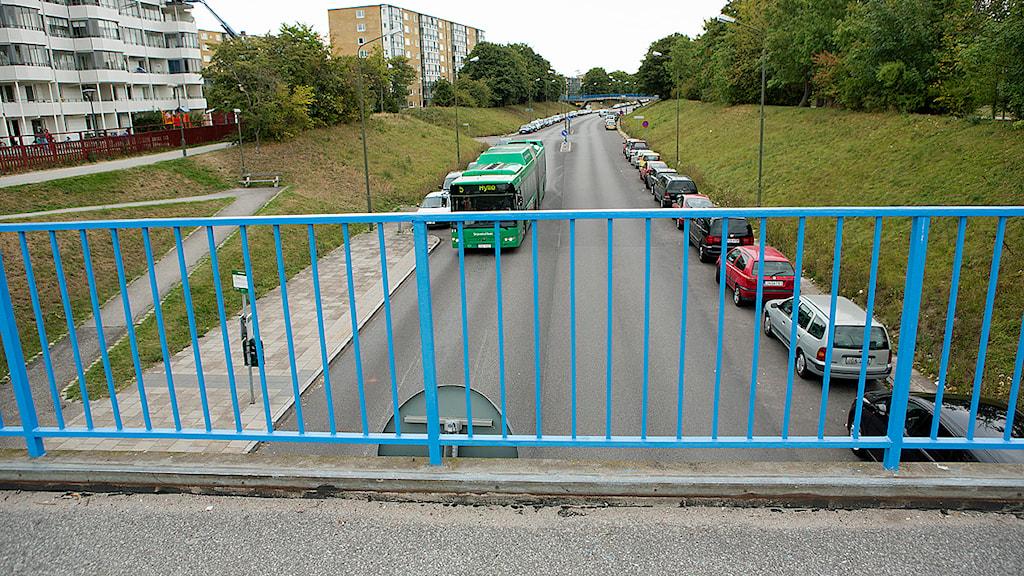 Gångbro på Mellanbäcksstigen äver Hyllievångsvägen i stadsdelen Kroksbäck i Malmö där en man misshandlats svårt av flera personer som också försökte kasta ner honom från bron över Hyllievångsvägen. Foto: Drago Prvulovic/TT